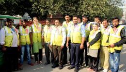 Zusammen mit vielen indischen Helfern wurden noch viele Hundert Decken verteilt. Unser Team...