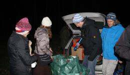 It is pitch dark when we are back. All residents accompany us expectantly to the car parked nearby. The shopping was very extensive, now the distribution begins.
