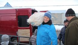 In our discussion with the village heads it turned out that firewood and food are the most urgent problems. There is presently an unusual amount of snow and the nights are as cold as -20 ° C! On a nearby farmers market we buy 2.4 tons of potatoes.