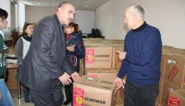 Only a part of the needy persons can come for distribution to the city hall. The other packages have to be brought to the mostly disabled or elderl people. The two mayors carry the packages to the front door, to be picked up there.