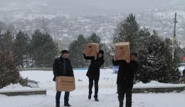 The local sports club helps with unloading -  an additional training session :-)