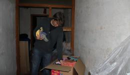 Boxes with food are brought and packed. In addition, the caps for Moldova and Romania are stored in cardboard boxes.