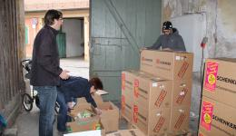 Together with Frank, the goods are stowed into transport cartons.