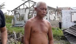 Der 60-jährige Daniel verlor sechs Familienmitglieder. Seine Frau wird immer noch vermisst. Unter Tränen erklärt er uns, dass er nicht weiß, wie es weitergehen soll. Sein Pedicap (Fahrradtaxi) ist zerstört. Wir versprechen ihm ein neues...