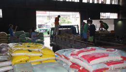 Bei einem Großhandel werden sechs Tonnen Reis eingekauft und auf einen LKW verladen...