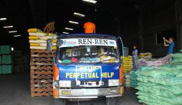 Aufgrund der großen Anzahl Säcke und durch Verhandlen bekommen wir beim Großhändler einen Mengenrabatt. Pro Kilo Reis bezahlen wir 37 anstatt 45 Pesos. Das macht unglaubliche 786,88 € aus.