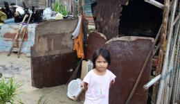 Eindrücke von der Verteilung am dritten Tag nach der Ankunft. Ein philippinisches Mädchen steht vor dem zerstörten Haus seiner Eltern...