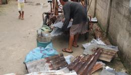 Jugendliche sammeln Bruchstücke von Dächern ein, damit sie ein wenig bei Recyclingfirmen verdienen...