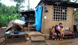 Eine Mutter mit ihren Kindern. Das Haus ist in den letzten beiden Monaten schon zum Teil wieder gut hergerichtet worden. Der Vater der Familie arbeitet in Cebu für 150 Pesos am Tag= 2,45 €. Vergleich: 1 Kilo Reis kostet 45 Pesos.