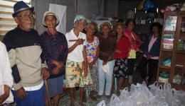 An verschiedenen Ausgabestellen dürfen sich bedürftige, ältere Menschen und arme Famlien mit Kindern ein 5-Kilo- Paket Reis, Nudeln und Seife abholen.