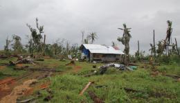 Bei diesem Haus wurden das Dach und die defekten Wände schon repariert, doch an der Umgebung kann man noch erkennen, wie der Taifun gewütet hat...