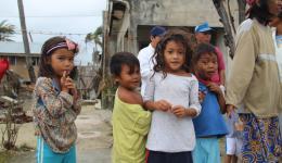 Kinder in den Dörfern freuen sich über Bonbons… DANKE an alle Freunde zu Hause!!! Diese Hilfe ist nur durch Euer Mitmachen möglich und lässt die Betroffenen glücklich sein...