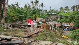 Hier eine andere Familie, deren Haus völlig zerstört ist...