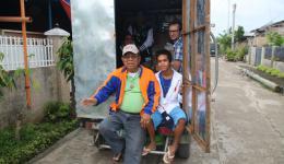 Unsere unermüdlichen Helfer: Andi (Direktor der örtlichen Schule) und seine Frau Alice mit ihren Enkelkindern. Nicht zu vergessen: Jumar (nicht auf dem Foto), der uns sein Auto kostenlos zur Verfügung stellt und überall mit dabei ist...