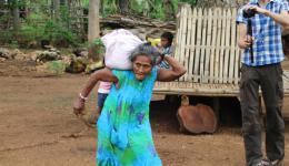 Michael beobachtet eine alte Frau mit starkem Rundrücken, die ihren Sack mehrere Male absetzt, weil er so schwer ist. Daraufhin nimmt er den Reis und begleitet er sie zu ihrem Haus, etwa 500 Meter weit weg...