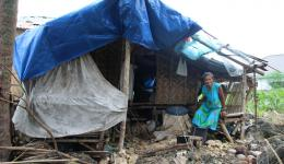 Dies ist das zerstörte Haus, in welchem die Frau mit ihrer kleinen Ziege lebt.