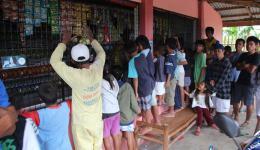 Da wir uns wegen dem Besuch anderer Dörfer verspäten, warten diese Menschen seit mehreren Stunden geduldig auf die Verteilung der Nahrungsmittel.