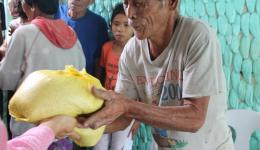 und freut sich über den kostbaren Schatz: 5 kg Reis.