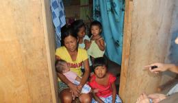 """Die 40-jährige Mutter hat elf Kinder. Auch hier starb der Vater durch """"Haiyan""""."""