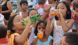 Ein Laster mit Erfrischungsgetränken kommt vorbei. Wir halten ihn spontan an. Die Freude der Kinder ist groß, als sie ein Getränk bekommen.