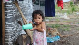 Die kleine Anielle wäscht sich mit einem Becher. Auch sie hat ihren Papa verloren. DANKE an alle Freundinnen und Freunde zu Hause für Eure große Unterstützung! Auch dieser Hilfsaufenthalt wäre ohne Eure Hilfe nicht möglich gewesen.