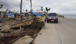 Teile des massiv gebauten Hochwasserschutzwalls hat es einfach weggerissen und wie hier zu sehen über die Strasse hinweg in das Dorf Cendehug gespült.