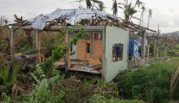 Reste eines Hauses nach dem Taifun.