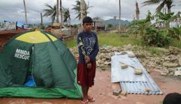 Der 16-jährige Joshua hat alle seine Familienmitglieder verloren. Vater, Mutter und die drei Geschwister. Er war der einzige, der mit seinem Onkel zusammen in die Schule zur Evakuierung ging. Wir unterstützen Joshua, damit er rasch wieder zur Schule kann.