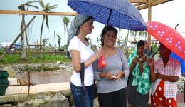 Als Christina die Nachricht erfuhr, dass ihr Mann und seine Eltern bei der Flut ums Leben gekommen sind, war sie die ersten beiden Wochen nicht ansprechbar. Mit ihrem Baby auf dem Arm lief Christina den ganzen Tag die Straße am Dorf entlang- auf und ab.