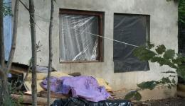 The people we visit live under difficult conditions. In the partly dilapidated houses there are often no windows and doors. Here these are scantily shut with a tarpaulin ...