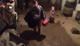 Auch diese Familie lebt unter schwierigsten Bedingungen.