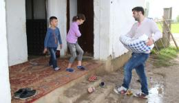 Leart carries the bag of flour into the house. The family is allowed to inhabit the desolate house until the owner will have sold it. After that, the parents still do not know where to go ...