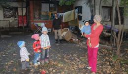 The parents are very happy about the gifts for the family. With garbage collecting the father earns only about 1.50 euros a day. For the children the warm caps knitted by our knitting ladies are always a special joy.
