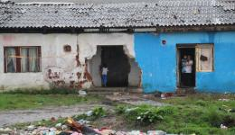 We count three families with children. The roof is partially collapsed and in many places it drips. Everywhere beams and walls are open and the wind blows violently through the building ...