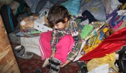 Enthusiastically he is unpacking the gifts and is fascinated by the new shoes which even are blinking.
