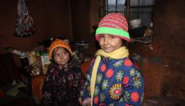 The caps of our knitting friends produce by magic smiles to the faces of the children.