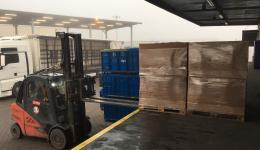 The big pallets can only be loaded with a forklift. Therefore after the packing action before Christmas the whole load had to be brought to the courtyard of the freight carrier.