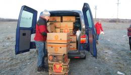 Early in the morning when it is freezing cold we distribute 18 banana boxes full of basic foods near Oradea