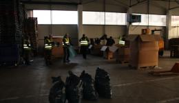Also in the logistic hall in Cluj many volunteers are helping the pack the warm clothes into small portions.