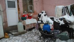 Everything which does not fit into the single room where this family is living, has to remain in front of the door. Also the baby carriage which is being used to bring water from the washing place which is about 50 meters away.