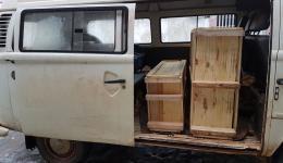 In zwei großen Holzkisten wurde die Ziegelpressmaschine per Luftfracht von São Paolo nach Ilheus gesendet.