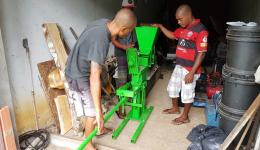 Açaí and Antonio assemble the brick machine in a rented garage.