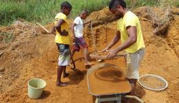 Cebolinha sifting rainforest soil for the production ofthe bricks.