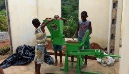 Nach dem Aufbau und den ersten Tests sind die Regenwald-Kinder so begeistert, dass sie die ganze Zeit weiter Steine pressen :-)