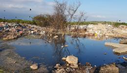 """Einst ein """"Feuchtbiotop"""", welches mit als artenreichstes Pflanzen- und Naturreservat der Erde galt, ist """"Jardim Gramacho"""" (übersetzt: Rasengarten) heute eine der größten stillgelegten Müllhalden der Welt."""