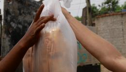 In einer kleinen Bäckerei werden die Vorräte aufgekauft, in Portionen verpackt und verteilt...