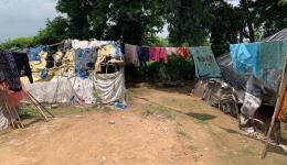 """Eine """"typische"""" Slum-Siedlung, einfachste Behausungen, gebaut aus allem, was man auf der Straße und im Müll findet."""