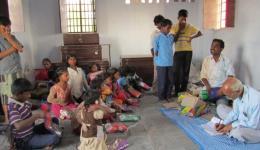 Teil 2 - Kolonie Chakia: Die Schulkinder haben sich im Schulraum versammelt. Alle warten gespannt auf die Verteilung des neuen Schulmaterials und der neuen Kleider.