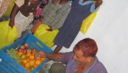 Verteilung von Obst.