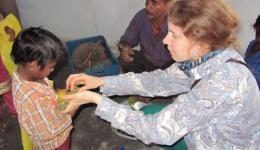 Jedes Kind bekommt eine Orange und einige Trauben - Vitamine, die sich die Bewohner dieser Kolonie Leprabetroffener sonst nicht leisten können...